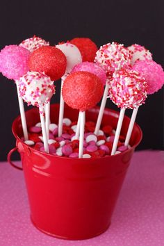 Pink Velvet Cake Pops 19 Valentine's Day Treats That Are Actually Better Than A Boyfriend Valentines Day Cakes, Valentine Treats, Holiday Treats, Valentines Cakepops, Party Treats, Cake Pops Roses, Pink Cake Pops, Cake Pop Halter, Pink Velvet Cakes