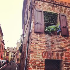 Verso Palazzo Schifanoia (via Borgo di Sotto) - Instagram by @turismoer