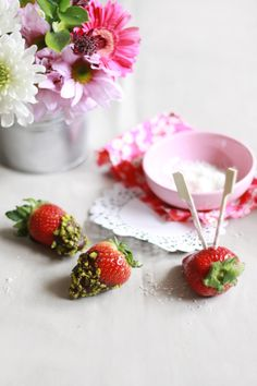 Strawberries with chocolate and other sweets / Fraises au chocolat et autres gourmandises
