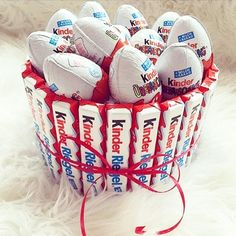 kinder, chocolate, and food image Sweets Christmas Gifts, Christmas Decorations To Make, Christmas Candy, Candy Bouquet Diy, Diy Bouquet, Diy Birthday, Birthday Gifts, Surprise Cake, Candy Cakes