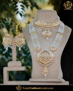 Gold jewelry Indian Baby - Rose Gold jewelry Looks - Rose Gold jewelry Sets - Gold jewelry Necklace Bridal Indian Wedding Jewelry, Bridal Jewelry, Pakistani Jewelry, Bridal Accessories, Jewelry Accessories, Jewelry Design Earrings, Gold Jewellery Design, Jewelry Logo, Accessories