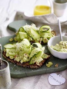 Vollkornbrot mit Avocadocreme und Salatgurke