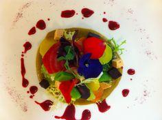 Winterse salade uit de streek tussen Geul en Maas, met croutons van gerookte eendenlever & rozen, rode bieten vinaigrette.