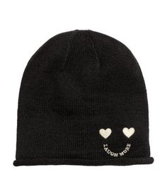 Black. Soft, fine-knit hat in soft with a rolled edge.