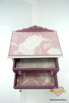 mesilla de noche años 50 restaurada y transformada con papel de pared y pintura morada