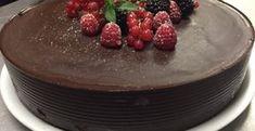 Asi hovorím za viacerých, keď poviem, že nie je nič lepšie ako čokoládová torta. Je to môj víťaz medzi tortami a pochutia si na nej všetci milovníci čokolády. Tento recept je ideálny pre všetkých, čo sa neradi trápia s pečením. Nebudete potrebovať žiadnu múku, vajíčko a ani cesto. Skvelé je, že nemôžete urobiť žiadnu chybu