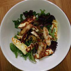 Haloumi cheese, chicken, blueberries and balsamic vinegar salad. Healthy Gourmet, Healthy Recipes, Haloumi Cheese, Sweet Potato Wedges, Avocado Salad, Balsamic Vinegar, Blueberry, Michelle Bridges, Yummy Food