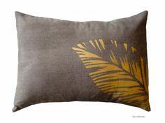 cojín oro y negro.cojín estampado hojas oro.  algodón pintado a mano