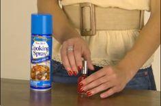 Astuce: vaporiser vos ongles avec un aérosol de cuisson et ils & # 39; ll sécher instantanément.