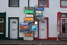 Le photographe irlandais Andrew Hetherington photographie presque tout avec une bonne dose d'humour.