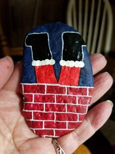 Steine bemalen Painting Rocks Christmas 65 Ideas Decorative Fireplace - Where The Family Meets Artic Rock Painting Patterns, Rock Painting Ideas Easy, Rock Painting Designs, Stone Crafts, Rock Crafts, Holiday Crafts, Thanksgiving Crafts, Pebble Painting, Pebble Art