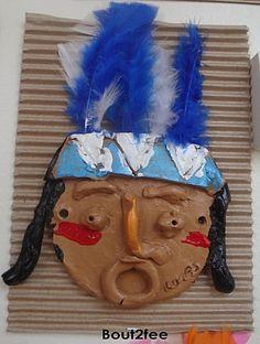 Masque d'indien en terre peint + plumes, collé sur un carton ondulé