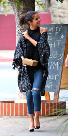 Up to Selena Gomez's Ultra-Chic Kimono Cardigan This Fall Selena Gomez in a kimono cardigan and distressed jeans.Selena Gomez in a kimono cardigan and distressed jeans. Selena Gomez Fashion, Selena Gomez Style, Selena Gomez Outfits Casual, Look Fashion, Autumn Fashion, Womens Fashion, Fashion Styles, Casual Chic, Casual Ootd