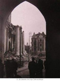 Zniszczona kolumnada Katedry. Widok z Bramy Trynitarskiej.