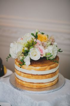 This one-tiered naked cake topped with flowers is perfection.