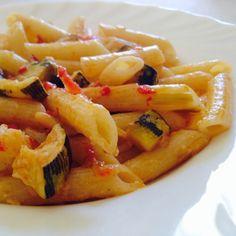 #Pennette con #zucchine, #pomodoro, #pinoli ed una bella grattugiata di #parmigiano! Voi con cosa avete pranzato?? ☺️ #ricettelastminute #love #food #instapic #instafood #instagood #instacool #me #italia #italy #catania #sicilia #sicily #photooftheday