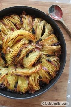 Pomme de terre, lardon, oignons...imbattable..: Vegetarian Recipes, Healthy Recipes, Cooking Recipes, Food Porn, French Potatoes, Onion Bread, Yummy Food, Good Food, Crispy Baked Potatoes