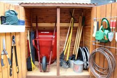 Подготовленный к зимнему хранению садовый инструмент и инвентарь