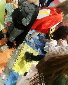 ..video un po' storto ma abbiamo appena rotto la #pignatta! #mavymagia #fatina #superman #cartoomics2018 #cosplay #fiera #amazing #piñata #caramelle #kids #funforkids #animazionebimbi #milanoinfesta #coriandoli #botte #mickeymouse #bambini #perfamiglie #kidsmilano #travestimenti #costumi #musicaevida