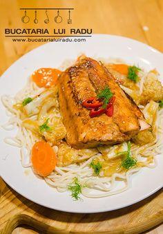 Somon la tigaie, marinat cu sos de soia si miere, legume la aburi si taietei de orez. #bucatarialuiradu #somon Seafood, Ethnic Recipes, Sea Food, Seafood Dishes