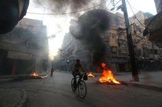 Dicker Rauch steht in den Straßen Aleppos. Die Rebellen sprechen von einer...