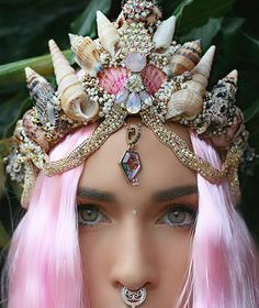 Every girl when they were little dreamed of becoming a mermaid and she had an unusual crown. Show me your magic crown. Mermaid Crown, Mermaid Diy, Mermaid Tails, Mermaid Shell, Japan Tag, Shell Crowns, Seashell Crown, Crown Photos, Kanzashi
