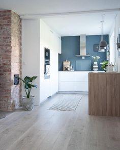 Czerwone cegły i biała kuchnia w skandynawskim mieszkaniu - Lovingit.pl
