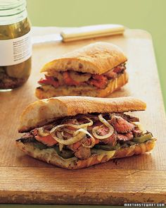 Marinated Flank Steak Sandwich: After months of outdoor barbecuing, grilling moves indoors with this stove-top sandwich. It's piled high with thinly sliced flank steak, charred onions, and melted Gruyere. Wrap Recipes, Lunch Recipes, Cooking Recipes, Cooking Tips, Steak Sandwich Recipes, Soup And Sandwich, Grilled Sandwich, Brunch, Wrap Sandwiches