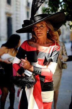 Un gran sombrero le aporta estilo a un vestido sencillo Old Lady Dress, Dress Up, Outfits With Hats, Cute Outfits, Wedding Guest Looks, Victoria Wedding, Cocktail Outfit, Races Fashion, Bridesmaids