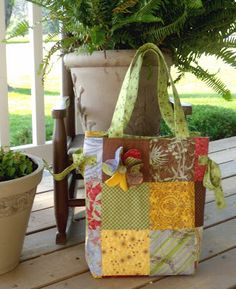 Girls in the Garden: Charm Pack Bag - Tutorial Kwik Sew Patterns, Pattern Sewing, Quilting Patterns, Quilting Projects, Quilted Tote Bags, Patchwork Bags, Small Sewing Projects, Sewing Ideas, Sewing Crafts