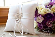 beautiful wedding ring pillow with silver hearts by © radmila kerl wedding photography munich wunderschönes Hochzeits-Ringkissen mit silbernen Herzen