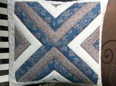 Capa de almofada azul e creme confeccionada em tecido 100% algodão, com manta acrílica e quiltada.  Tamanho aproximado (L X C): 42cm x 42cm.  obs.: Vendida sem o enchimento. R$ 69,90
