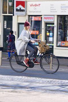 Welcome to the original Cycle Chic. Streetstyle, bicycle advocacy on high heels, style over speed. Dutch Cycle, Dutch Bike, La Haye, Cycle Chic, Bicycle Girl, Bike Style, Bike Life, Cool Bikes, Bike Fashion