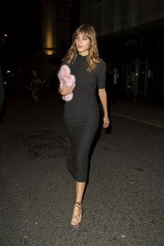 Alexa Chung Wears Simple Black at AnOther Magazine Party Daily Fashion, Girl Fashion, Fashion Outfits, Alexa Chung Style, French Girl Style, Winter Mode, Tokyo Fashion, London Fashion, French Fashion