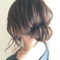 シンプルが一番!どんな場面でも失敗ゼロの「清楚ヘアアレンジ」7選 - LOCARI(ロカリ) Short Bridal Hair, Bridal Hair Updo, Short Hair Updo, Short Hair Styles, Bridal Hair Inspiration, Hair Due, Hair Arrange, Hair Setting, Luxury Hair