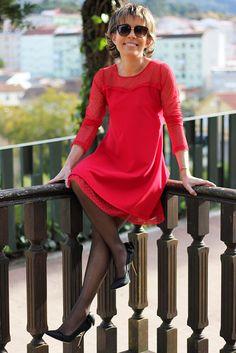 Nos hemos enamorado de este  vestido. En uno de los colores de la Navidad  : el rojo. Línea evasé  y transparencia en el escote y las mangas. ¿Será tu vestido para esta Navidad?   #TitaniaCloset #Fiesta #Fashion #Vestido #Evasé
