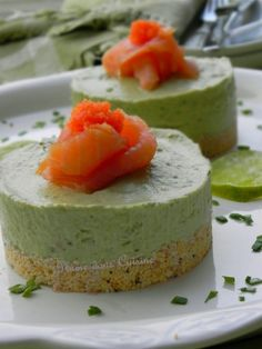 Cheesecakes with avocado and salmon - Cheesecakes à l'avocat et au saumon Savory Cheesecake, Cheesecake Recipes, Avocado Cheesecake, Appetisers, Finger Foods, Love Food, Food Porn, Food And Drink, Cooking Recipes