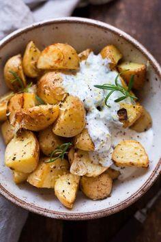 Griechische Ofenkartoffeln mit Joghurt-Feta-Dip. Dieses schnelle Rezept ist super einfach, leicht und SO gut! - Kochkarussell.com #ofenkartoffeln #rezept #sommerrezept #schnellundeinfach #zitrone #dip