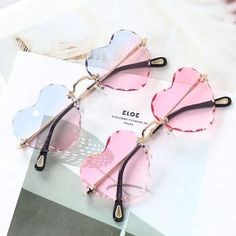 Heart Sunglasses, Cute Sunglasses, Sunglasses Women, Lunette Style, Cool Glasses, Fashion Eye Glasses, Accesorios Casual, Girls With Glasses, Fantasy Jewelry