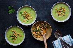 Recipe for creamy vegan broccoli soup in english at the bottom of this page. Deilig kremet brokkolisuppe som ble til fordi jeg måtte rydde kjøleskapet. Perfekt mat for kalde vinterdager, kjøttfri mandager og veganere. Suppen er er helt uten melkeproteiner eller gluten. Den er kremet med kokosmelk og kikerter og jeg lover at den er kjempe...