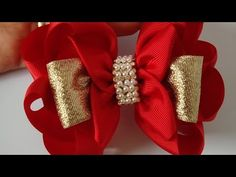 LAÇO GLAMOUR🎀 - YouTube Christmas Hair Bows, Noel Christmas, Diy Hair Bows, Diy Bow, Ribbon Crafts, Ribbon Bows, Flowers In Hair, Fabric Flowers, Homemade Bows
