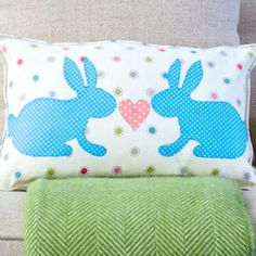 How to sew an Easter bunny cushion Cushion Fabric, Cushion Pads, Sock Bunny, Rabbit Crafts, Bed Pillows, Cushions, Cute Easter Bunny, Heart Template, Blanket Stitch