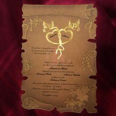 Invitatia infatiseaza o coala de papirus de culoare maro. Pe margini sunt inserate elemente florale si decorative aurii. In partea de sus, numele celor doi miri sunt incadrate de doua inimioare aurii si doi fluturi de aceeasi culoare. Cutia hexagonala, de culoare maro si pastrand aceleasi accente ca si invitatia, este inclusa in pret.   #invitatie de #nunta #mirese #miri #invitatii #elegante #originale Floral, Florals, Flowers, Flower