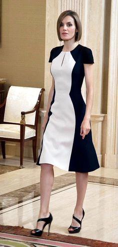 Queen Letizia of Spain in black and white color block Carolina Herrera dress. Cute Dresses, Beautiful Dresses, Short Dresses, Dresses For Work, Office Dresses, Midi Dresses, Sewing Dress, Modest Fashion, Fashion Dresses