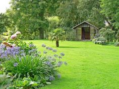 Amazing Shed Plans - Grand jardin dun aménagement simple - Now You Can Build ANY Shed In A Weekend Even If You've Zero Woodworking Experience! Start building amazing sheds the easier way with a collection of shed plans! Garden Turf, Lawn And Garden, Home And Garden, Garden Bed, Easy Garden, Organic Gardening, Gardening Tips, Starting A Garden, Green Lawn