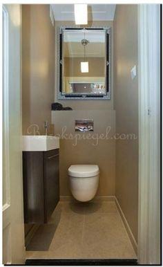 Een modern en strakke spiegel zilver in toilet op een zilver behang gaaf spiegel te koop bij - Beton door lcda ...