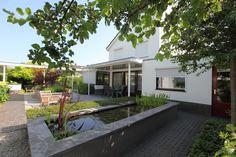 Moderne tuin met verhoogde vijver
