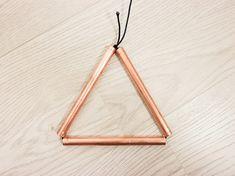 Tutoriales DIY: Cómo hacer una mesilla de madera con patas en forma de icosaedro vía DaWanda.com
