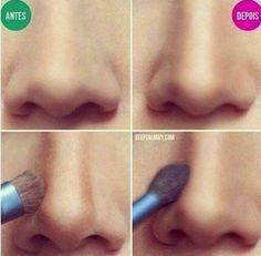 Correcciones de maquillaje para la nariz, ¡  Demasiado ancha: la corrección sería igual que la que vimos de Kim Kardashian en el post que os mencionaba arriba. Debemos trazar una línea recta a cada lado en dos tonos más oscuros del nuestro desde el inicio de las cejas hasta el final de la nariz, pudiendo iluminar el centro de la misma. De esta manera crearemos un efecto visual más estilizado.     Imagen: Keep Kalm DIY   Muy estrecha: En el lado contrario encontraríamos una nariz muy…