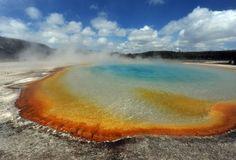 Parque Nacional de Yellowstone, Estados Unidos. Na Grande Fonte Prismática, as bactérias termofílias reagem com cores de acordo com a temperatura.
